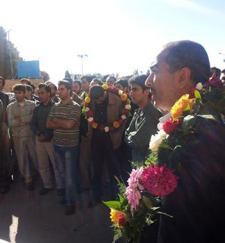 چهار کارگر آزاد شدهِ پلی اکریل اصفهان در آغوش همکاران
